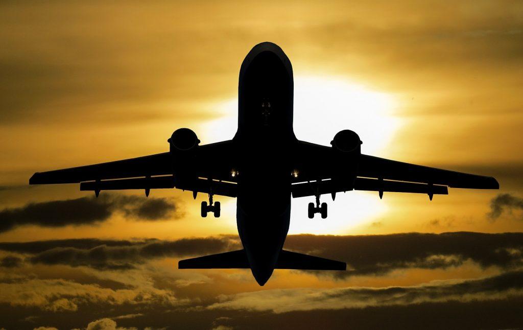 Flugzeug gegen die Sonne fotografiert
