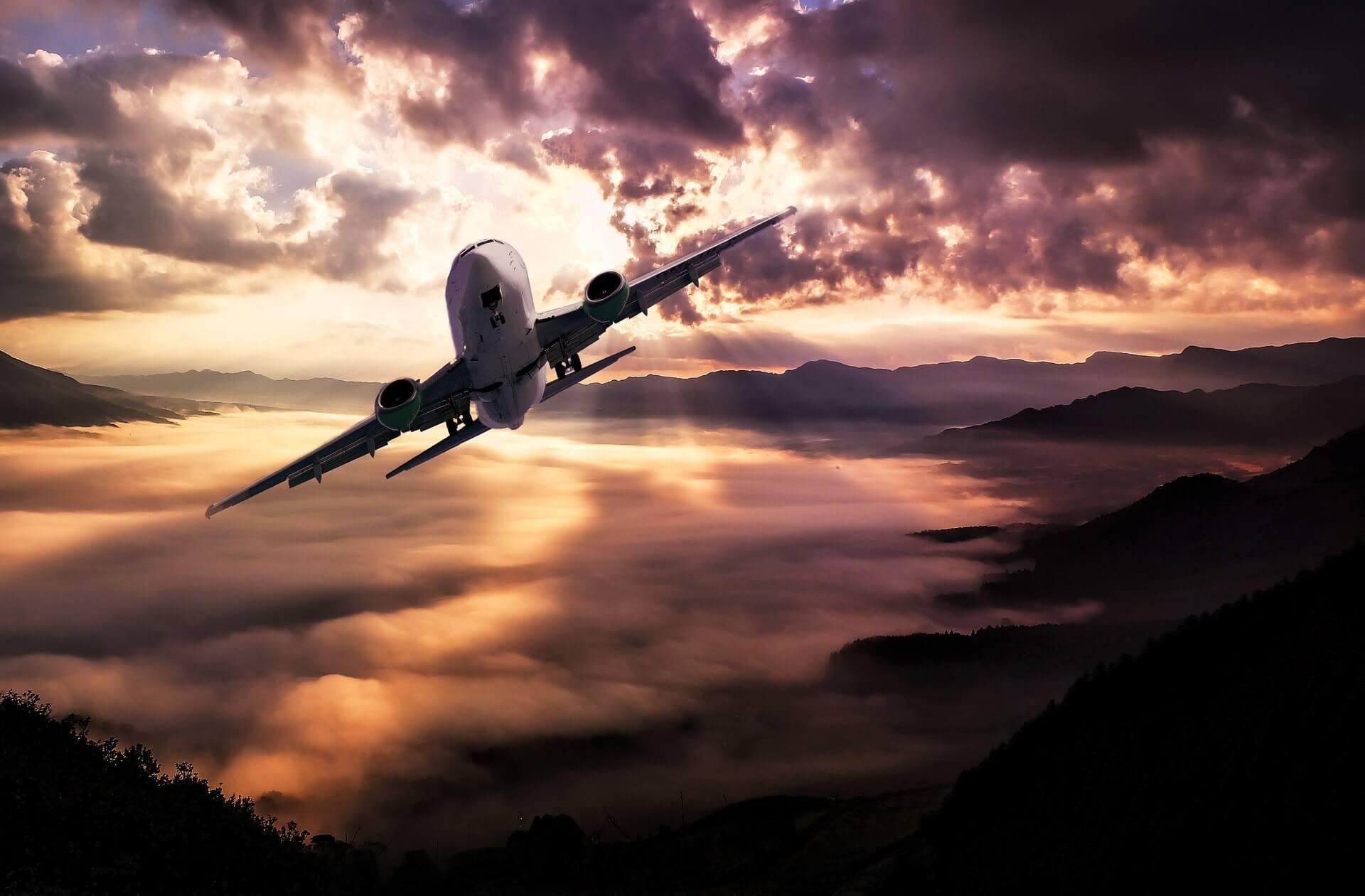 Flugzeug im Flug im Sonnenuntergang
